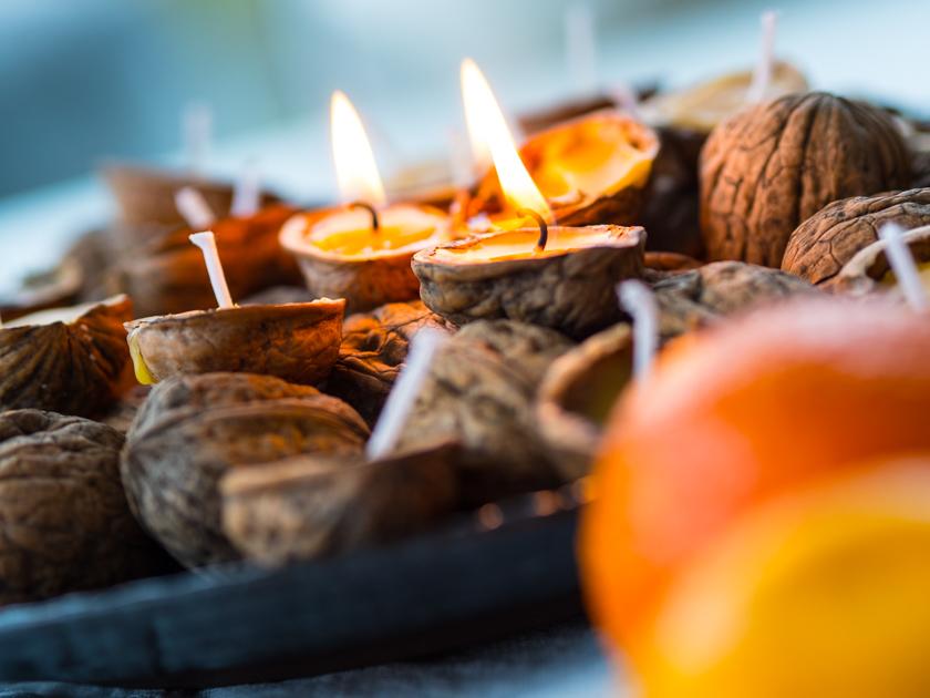 DIY Walnuss Kerzen aus Bienenwachs brennend mit Orangen