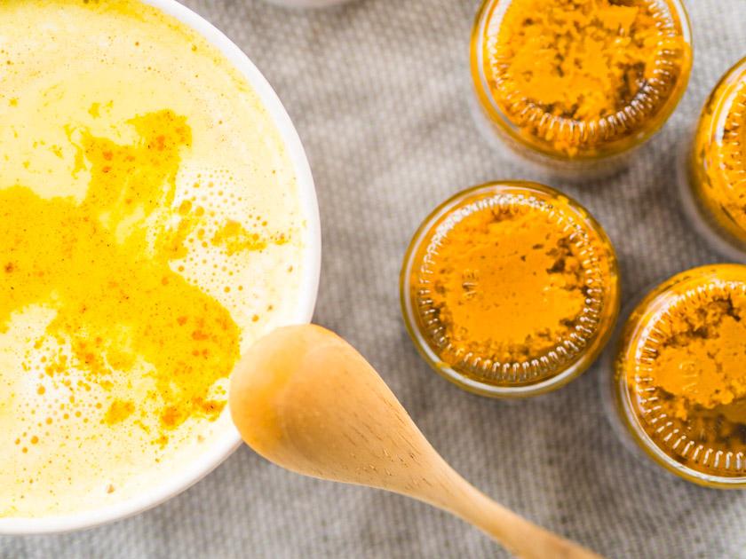 Goldene Milch Paste Kurkuma Latte in Tasse