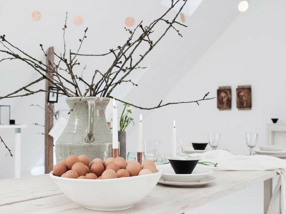 Ostern mit Kindern_Ostertisch mit Eiern und Zweigen